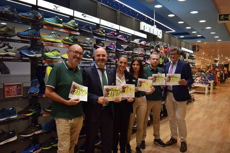 Juan Carlos, Tomás, Ana, Carla, Manolo y Pau de El Corte Inglés, con los dorsales de Valencia Contra el Cáncer. EPDA