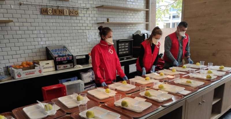 Miembros de Cruz Roja preparando menús para los más necesitados. / EPDA