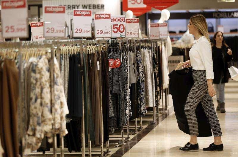 Una persona coloca una prenda en unos grandes almacenes. EFE/Archivo