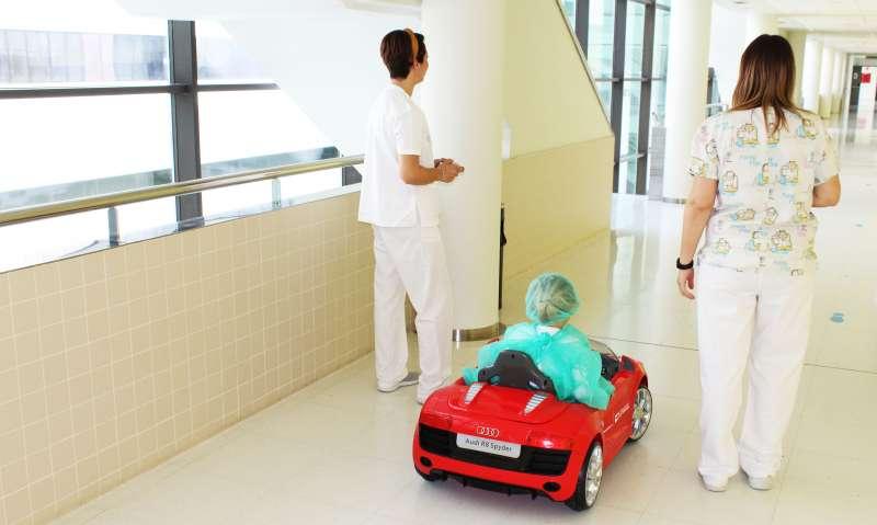 Coche teledirigido en el Hospital de Torrevieja