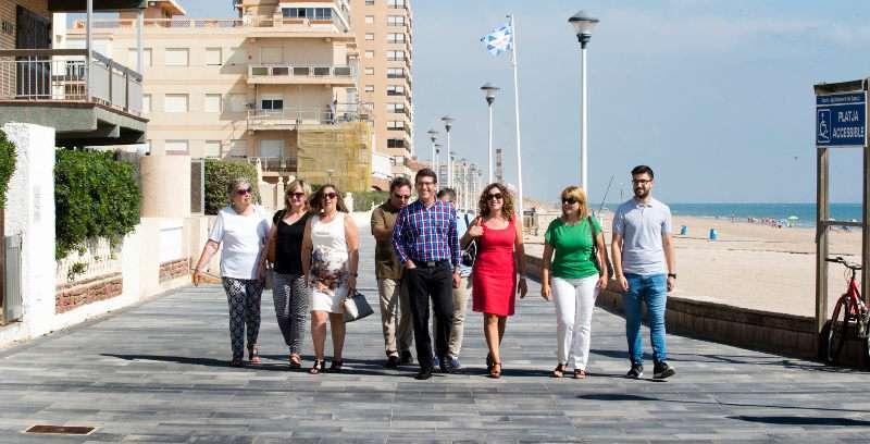 Jorge Rodríguez amb els representants locals de Sueca en el Mareny Blau