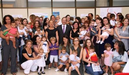 Madres con sus hij@s junto al Conseller de Sanitat Luis Rosado. Foto gva.es