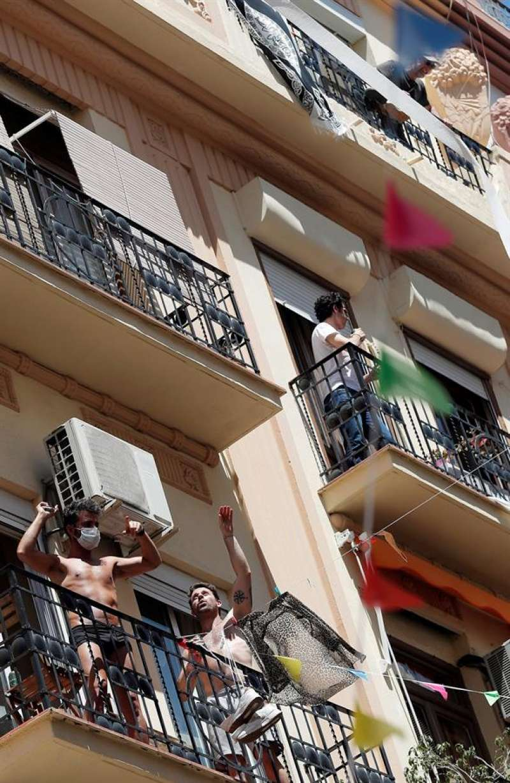 Varias personas bailan en sus balcones durante el cuadragésimo octavo día del estado de alarma. EFE/Kai Försterling