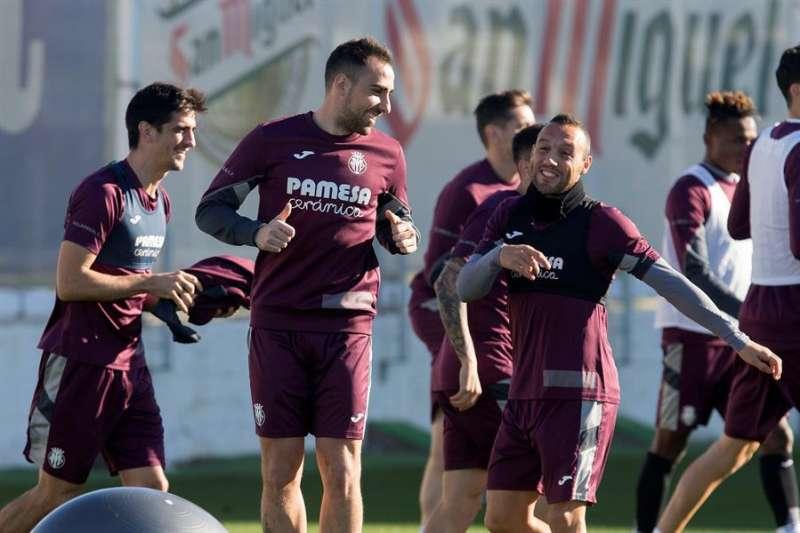 El delantero valenciano Paco Alcácer (c) participa en un entrenamiento con el Villarreal junto a Cazorla (d) y Gerardo Moreno (i). EFE/Archivo