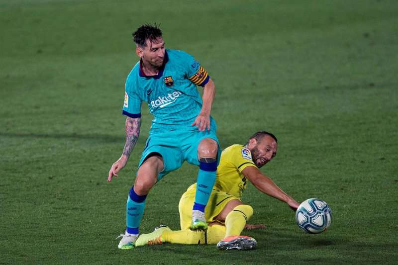 El centrocampista del Villarreal, Santi Carzorla (d), disputa el balón ante el delantero argentino del FC Barcelona, Leo Messi, Mario Gaspar (d). EFE / Domenec Castelló.