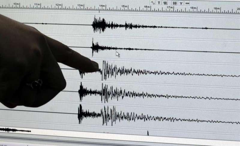 Una persona señala el registro de un terremoto. EFE/Ritchie B. Tongo/Archivo
