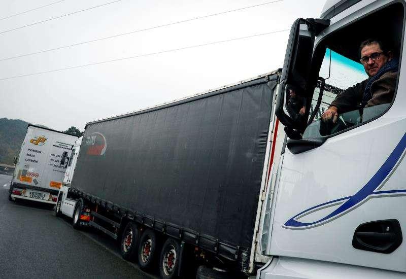 Imagen de un camionero con su camión parado. EFE/Archivo.
