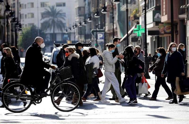 Personas con mascarilla caminando por una calle de València. EFE/ Ana Escobar /Archivo.