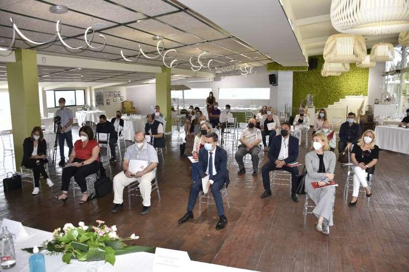 Diferentes instantes de los I Desayunos Temáticos organizados por el Periódico de Aquí en el emblemático restaurante El Mirador de Sagunt. / Plácido González