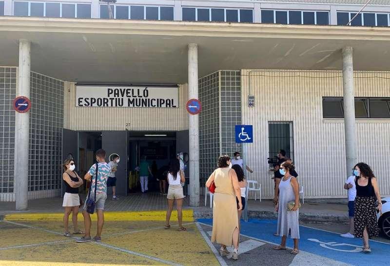 Vecinos de Benigànim esperan a las puertas del pabellón polideportivo municipal para realizarse pruebas PCR. EFE/Raquel Segura