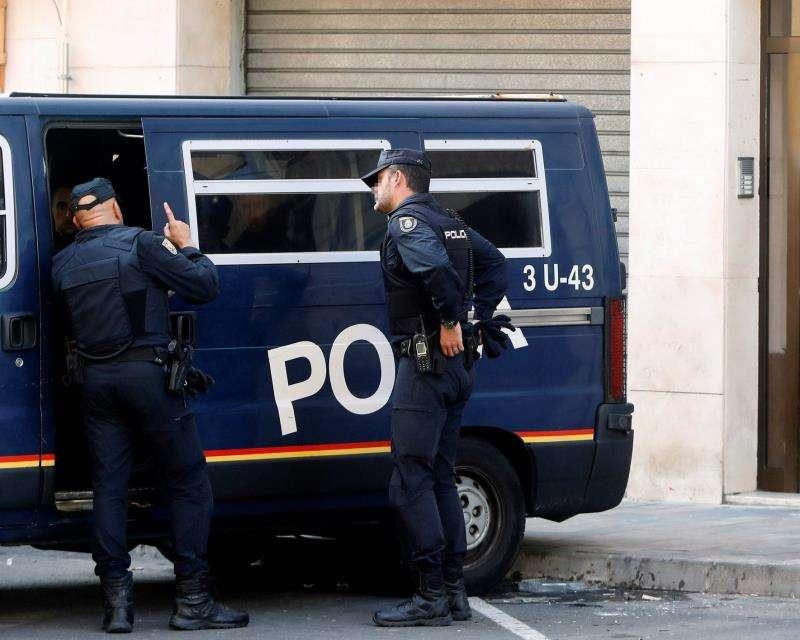 Policías nacionales en acto de servicio. EFE/Archivo