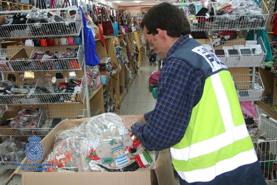 Un policía analizando cada producto. FOTO POLICÍA