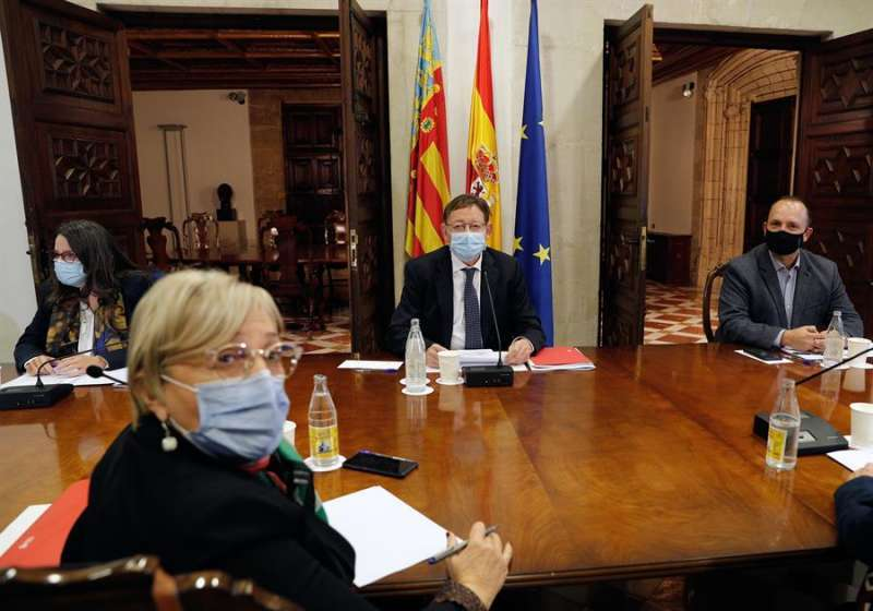 El president de la Generalitat, Ximo Puig (c), y la consellera de Sanidad, Ana Barceló