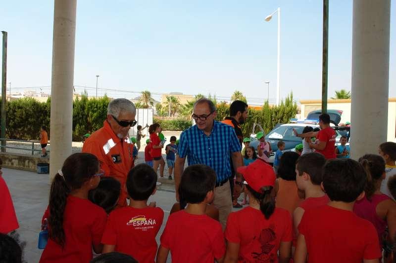El alcalde de Benaguasil junto a los niños que han participado en esta actividad. //EPDA
