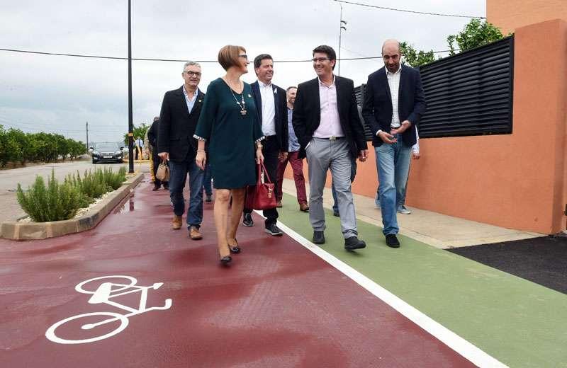 El president Jorge Rodríguez i el diputat Pablo Seguí en una via per a vianants i ciclistes a Rafelguaraf