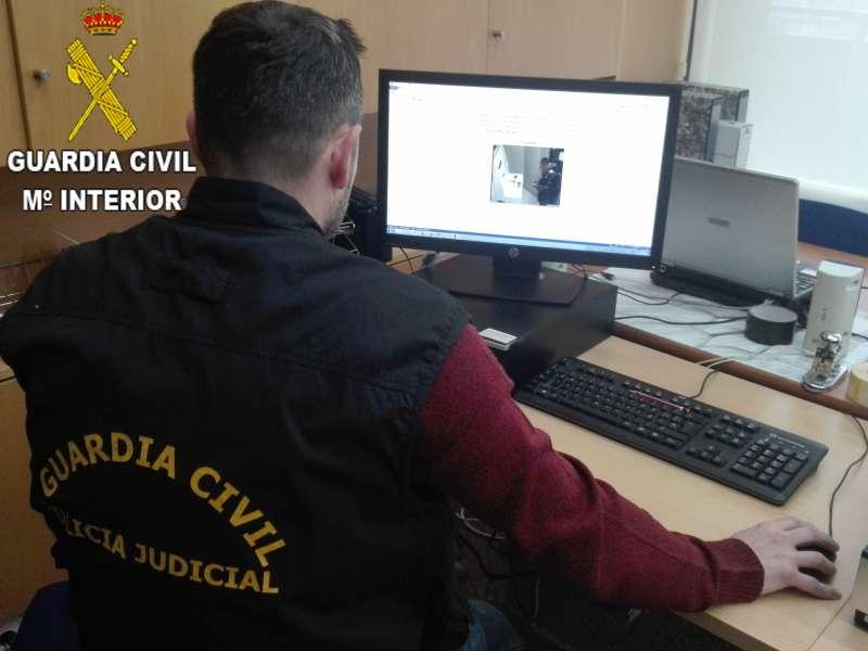 Un miembro de la Guardia Civil inspecciona pruebas.