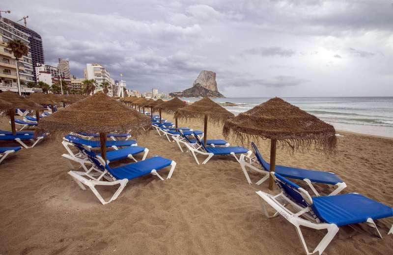 En la imagen, la playa de Calpe sin bañistas en una imagen de archivo.
