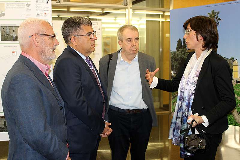 El Delegado del Gobierno y el Alcalde de Alboraia atienden a la explicación de los responsables de la exposición.