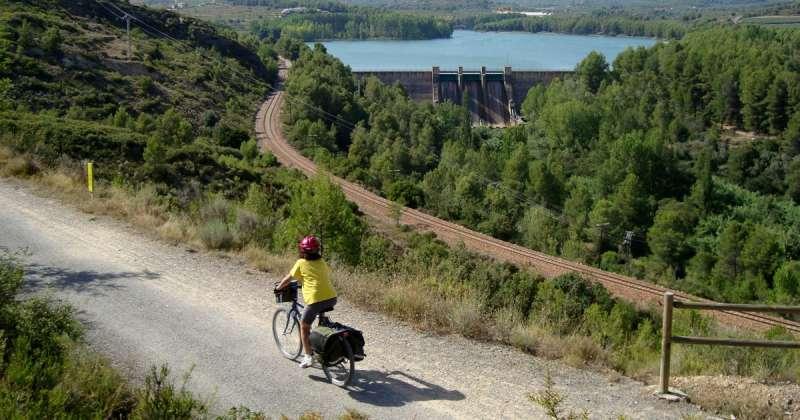 Una ciclista por la Vía Verde de Ojos Negros. EPDA