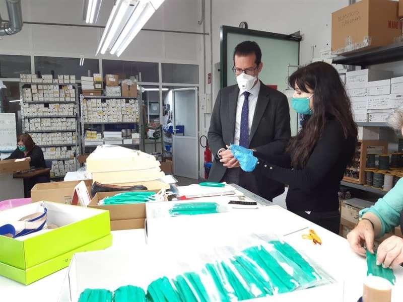 Visita del alcalde de Elda, Rubén Alfaro, a la fábrica de Unisa donde se están confeccionando 7.000 mascarillas para repartir entre los niños.