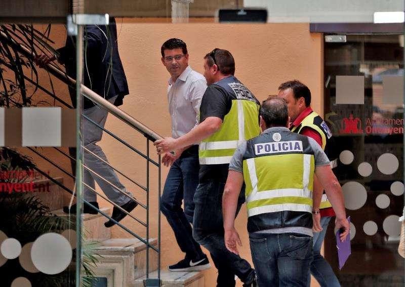 El alcalde de Ontinyent y ahora expresidente de la Diputación de Valencia, Jorge Rodríguez, acompañado por la Policía en el desarrollo de la operación Alquería, el pasado mes de junio. EFE/Archivo