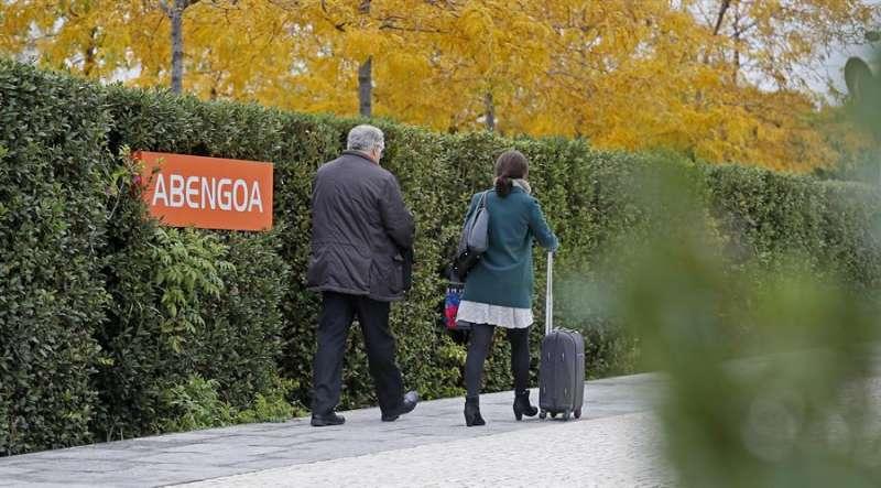 Unas personas entran al centro de Abengoa en Sevilla. EFE