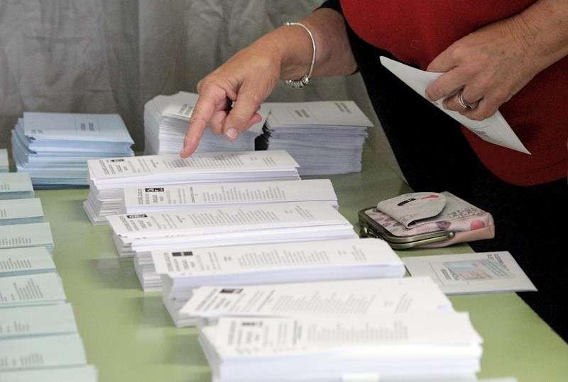 Papeletas electorales en un colegio en las pasadas elecciones. EFE/Archivo.