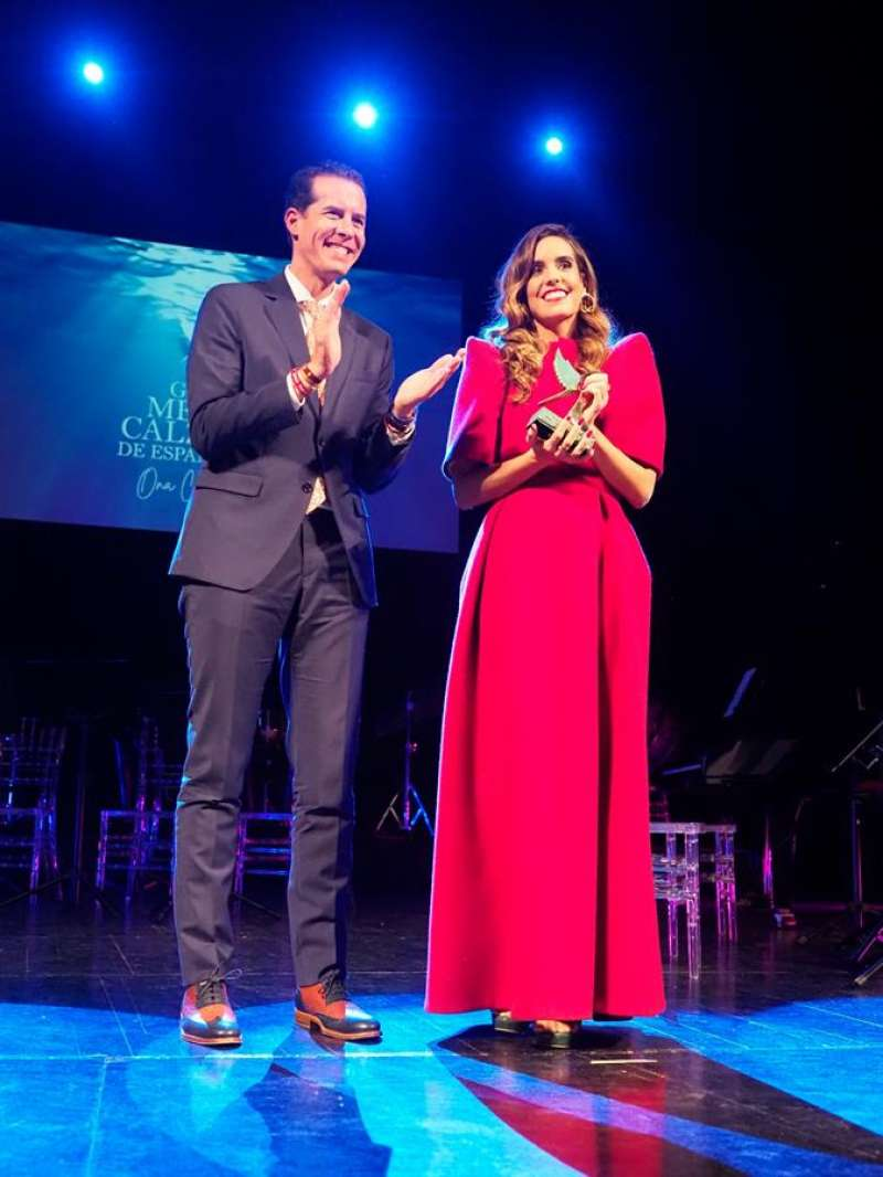 La nadadora Ona Carbonell posa con el alcalde de Elda, Rubén Alfaro, tras recibir este galardón. EFE