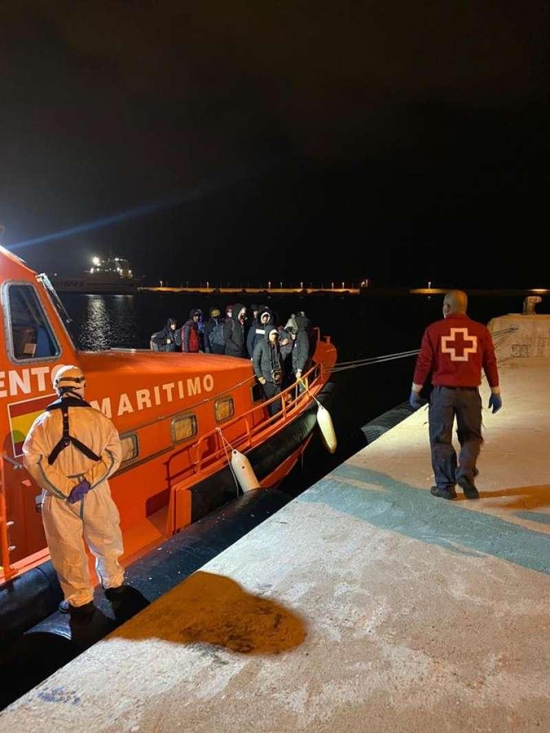 Embarcación de Salvamento  que rescató a 8 inmigrantes de una patera a 8 millas de Benidorm. EFE