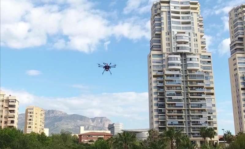 Un dron sobrevuela una ciudad, en una imagen cedida por la Universidad Polit�cnica de Val�ncia (UPV).