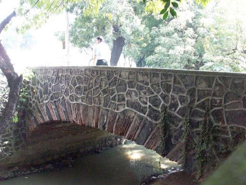 Un puente de mampostería.