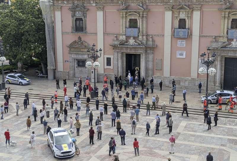 Pocos fieles en la Plaza de la Virgen. FOTO GIL MARÍA CAMPOS
