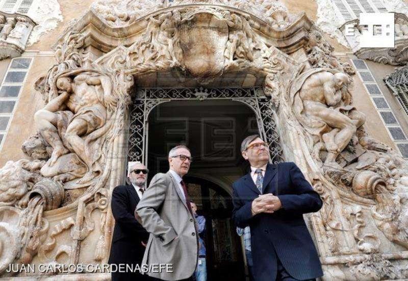 El ministro de Cultura, José Guirao (i) acompañado por el director del Museo Nacional de Cerámica y Artes Suntuarias González Martí Jaume Coll. EFE