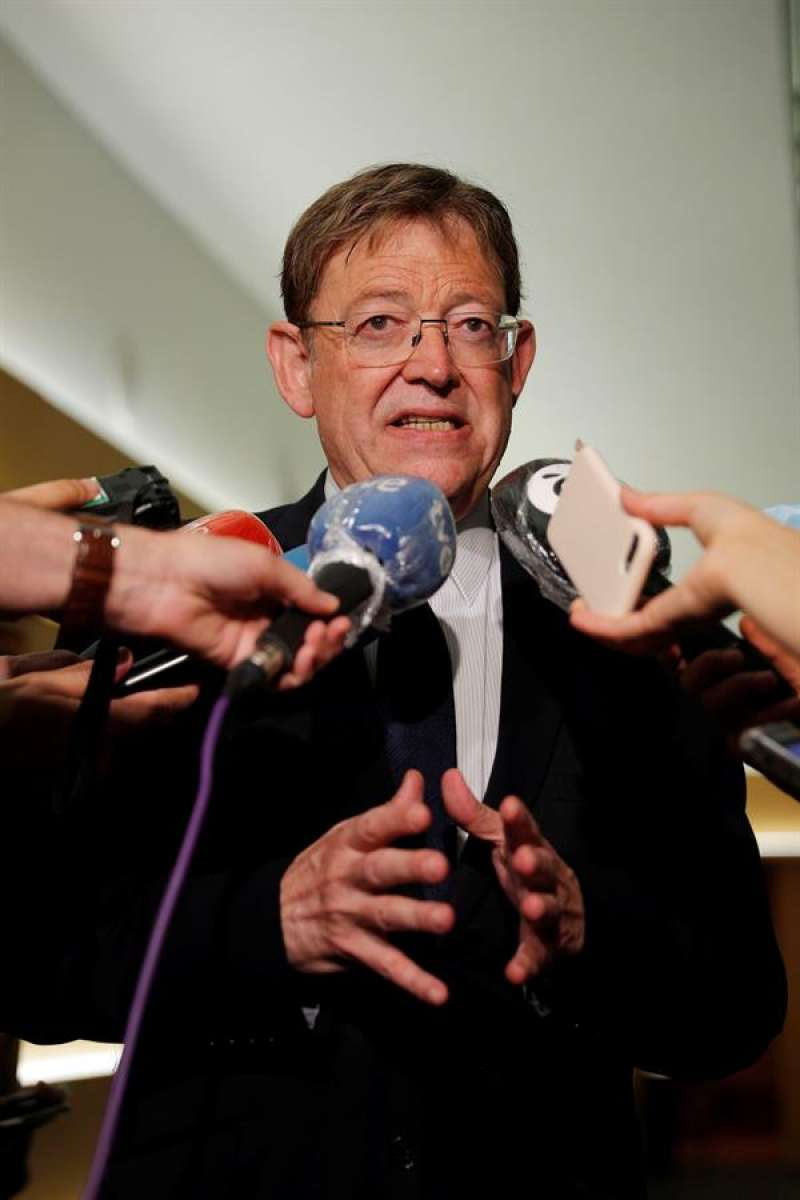 El president de la Generalitat, Ximo Puig, atiende a los periodistas. EFE/Manuel Bruque