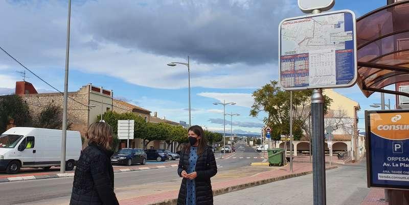 Alcaldesa de Oropesa en la parada del bus / EPDA
