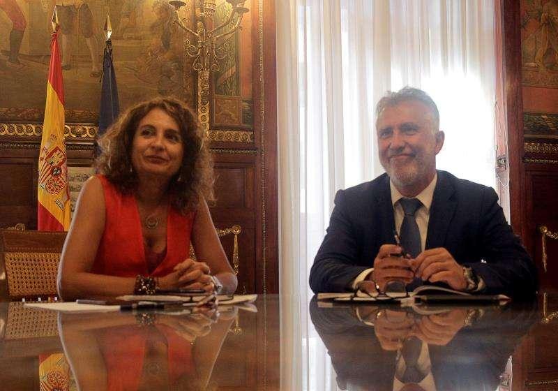 La ministra de Hacienda en funciones, María Jesús Montero, y el presidente del Gobierno de Canarias, Ángel Víctor Torres, durante la reunión este jueves en la sede del ministerio. EFE/Marcel Guinot