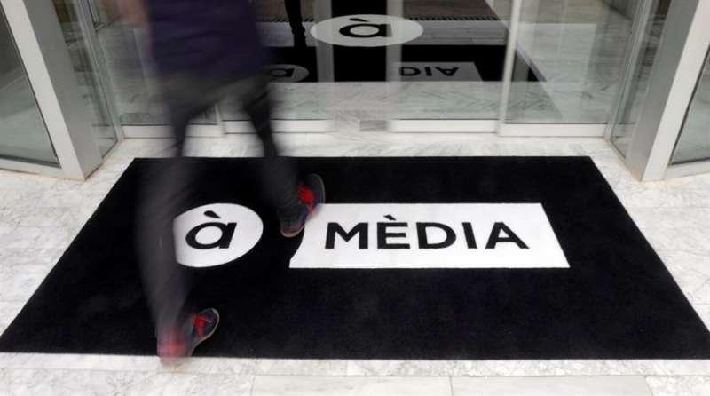 Una persona entra en las instalaciones de la televisión pública À Punt. EFE/Kai Försterling/Archivo