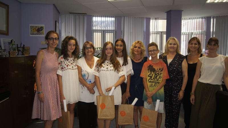 Alcaldessa de Picassent amb estudiants i familiars. EPDA