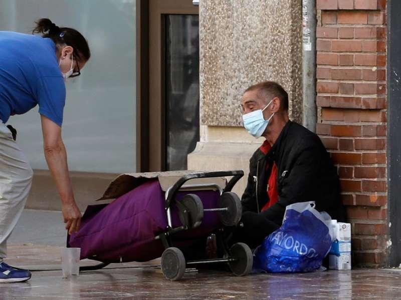 Una persona sin recurso s en las calles de València, hoy, septuagésimo sexto día del estado de alarma. EFE