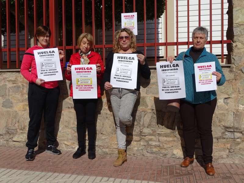 Limpiadoras en huelga a las puertas del IES Cueva Santa