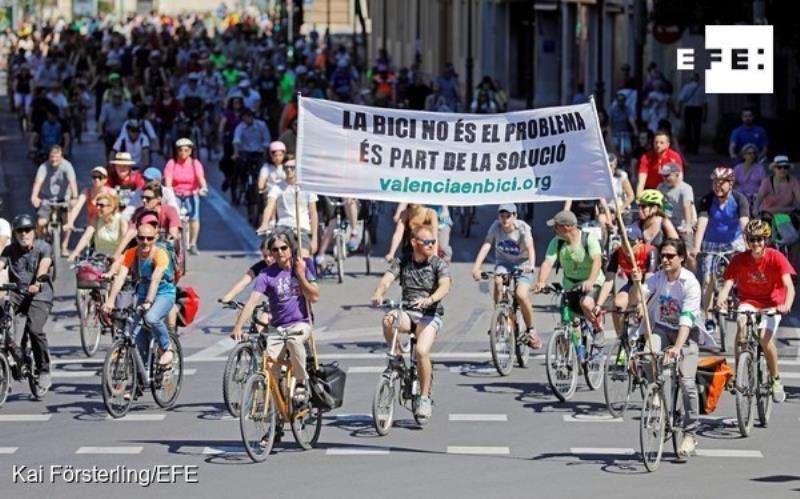 Cientos de ciclistas participan en la