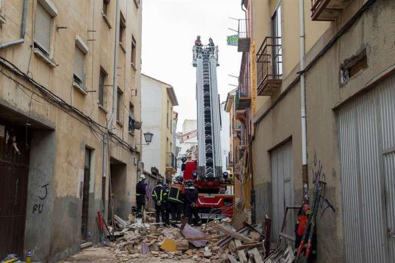 Los bomberos trabajan en el derrumbe de una vivienda en una imagen de archivo. EFE/Mariam A. Montesinos