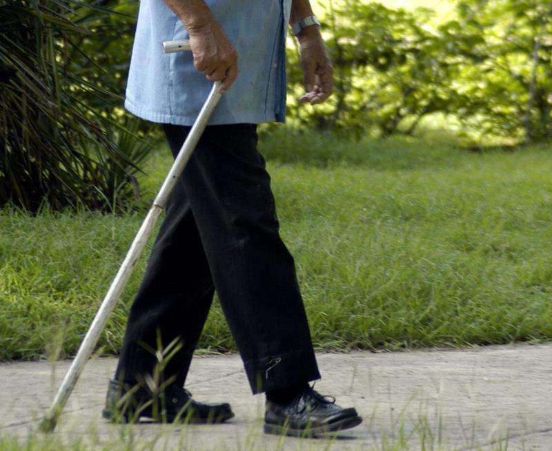Un anciano camina apoyado en su bastón. EFE/Archivo