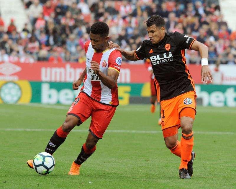 El colombiano Jeison Murillo defiende a un rival en un partido con el Valencia. EFE/Archivo