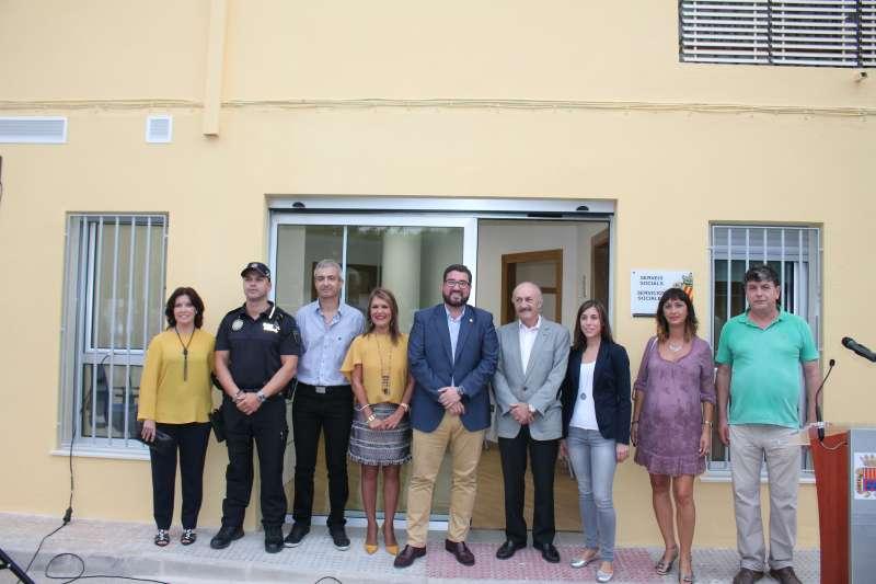 El alcalde y la concejala de Servicios Sociales de Canet con el presidente de la Fundación Bancaja de Sagunto y el nuevo equipo del departamento. EPDA