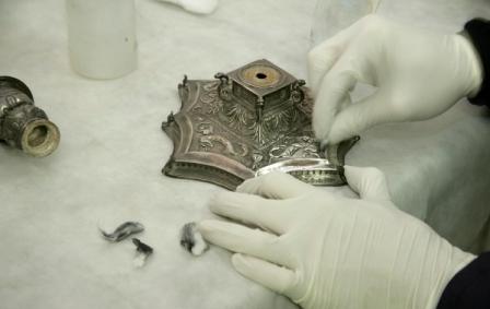 Las piezas, de los siglos XIV al XVIII, se restauran para su exhibición en la próxima muestra. FOTO: EPDA