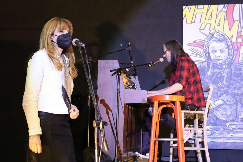 Lía Pamina con Ken al teclado, ayer en Castellón. Foto. E.Bellido