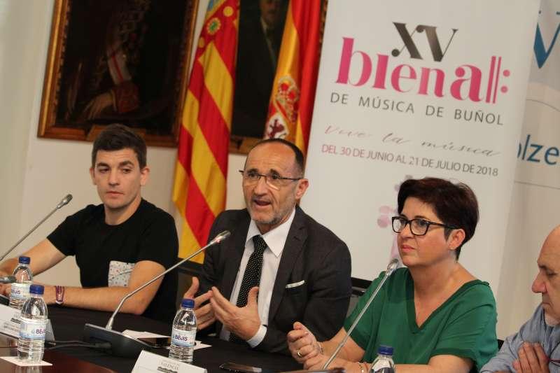 La alcaldesa de Buñol con el diputado provincial y concejal de Cultura y coordinador de la Bienal.