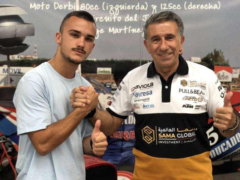 El piloto Aron Canet junto al director de la escudería Ángel Nieto Team, Jorge Martínez