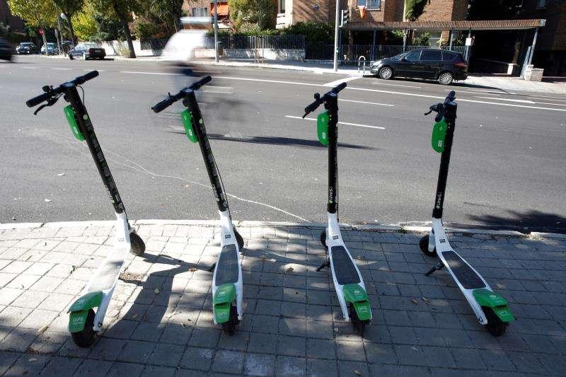 Varios patinetes aparcados en una calle. EFE/Archivo